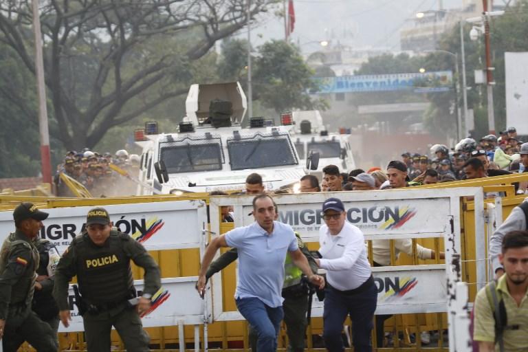 Tanquetas rompen las barreras en el puente Simón Bolívar en Venezuela