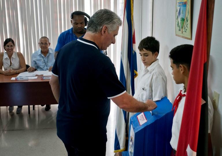 Cubanos aprueban Constitución que apuntala socialismo