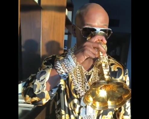 Mayweather presume su fortuna: Pedestal de billetes, cáliz de oro y joyas