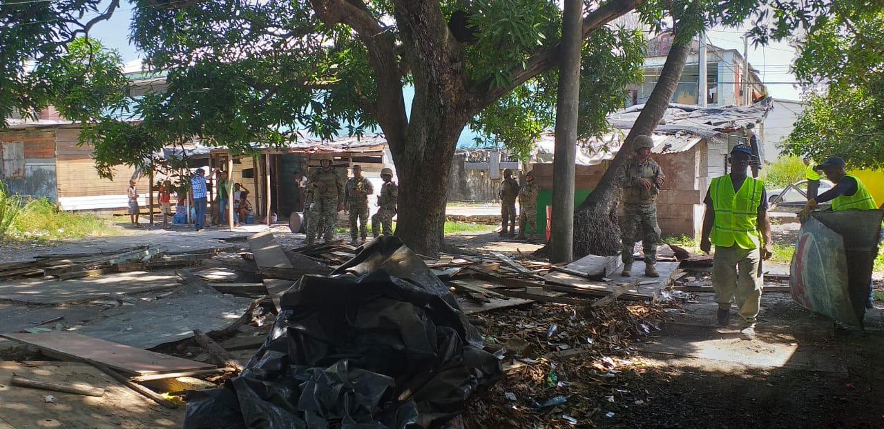 Desalojan y demuelen viviendas en La Playita de Colón