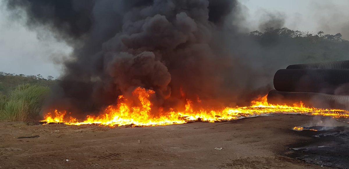 Incendió en depósito de tubos de PVC cerca de Brisas Del Golf