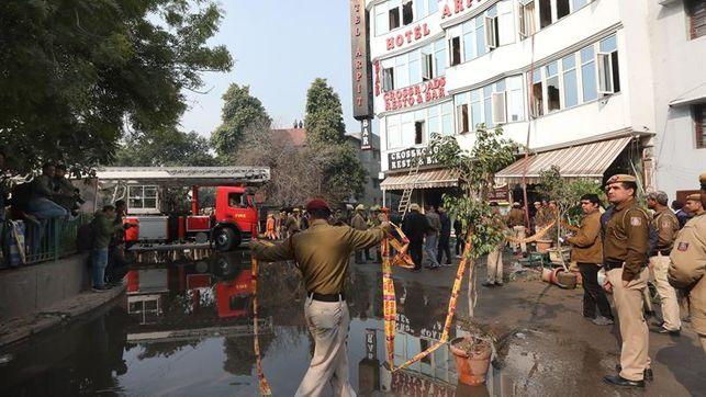 Al menos 17 muertos en incendio en un hotel de Nueva Delhi, en India