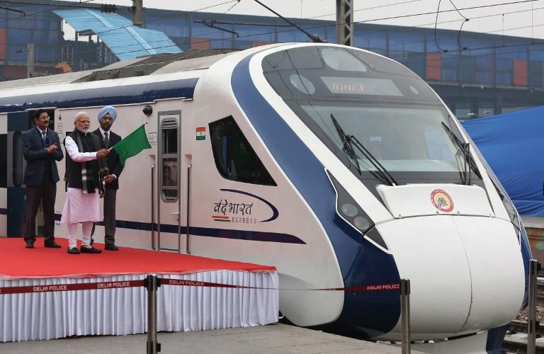 India inaugura tren de alta velocidad pero el convoy choca con una vaca