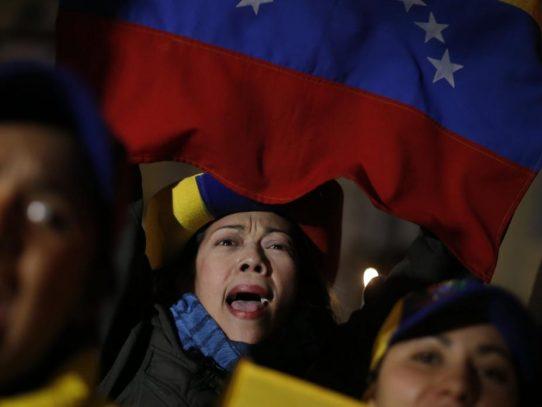 Gobierno y oposición a las calles en una Venezuela sitiada por los apagones
