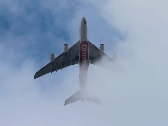 A la espera del avión del futuro, las aerolíneas empiezan a compensar el carbono que emiten