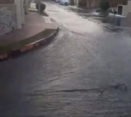 Calle 40 Sur de Brisas inundada desde la madrugada por rotura de tubería