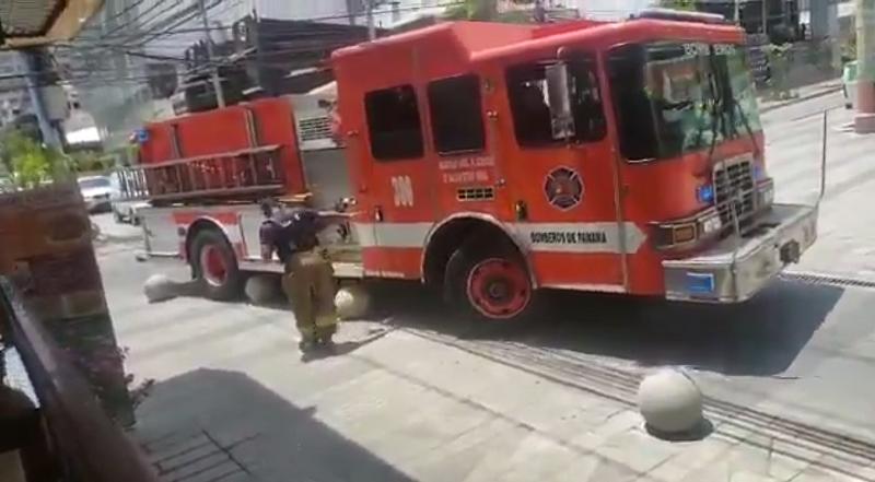 Esferas de cemento impiden paso de camión de bomberos en Calle Uruguay