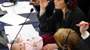 Una bebé de 5 meses genera polémica en el parlamento danés
