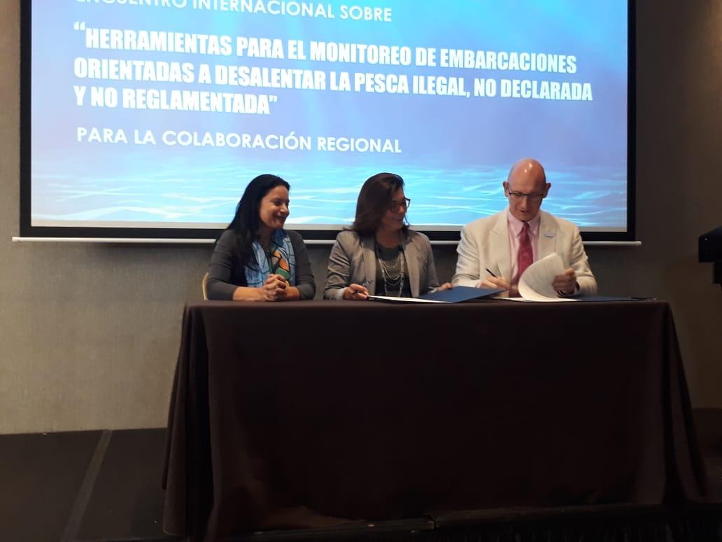 Panamá firma acuerdo para mostrar su flota pesquera al mundo