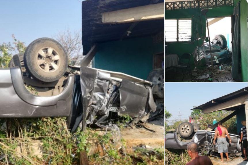 Auto se volcó y quedó dentro de una casa en Parita