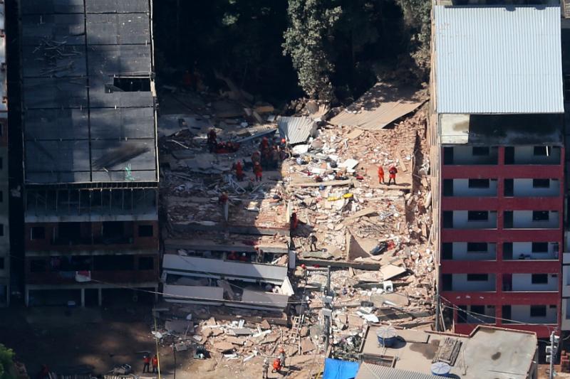 Siete muertos y 17 desaparecidos tras derrumbe de edificios en Rio