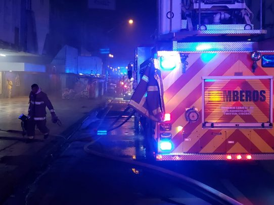 Local comercial se incendia en Calidonia