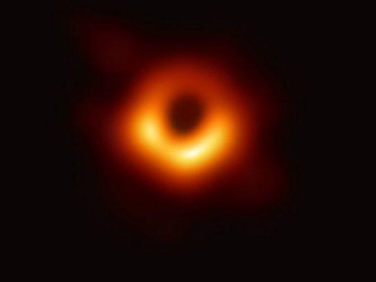 Sale a la luz la primera imagen de un agujero negro