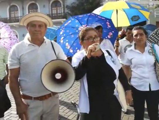 Víctimas por envenenamiento con dietilenglicol cierran acceso a la presidencia