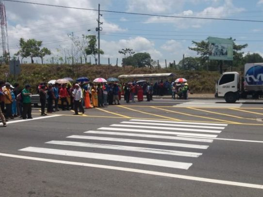 Indígenas cierran la Interamericana en San Félix para exigir reparación de camino en Salto Dupi