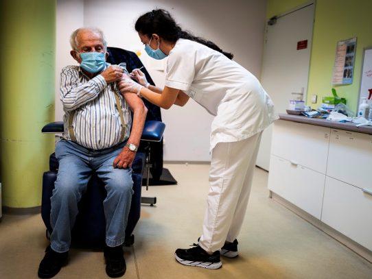Autoridad sanitaria en Francia recomienda vacunar primero a ancianos en residencias