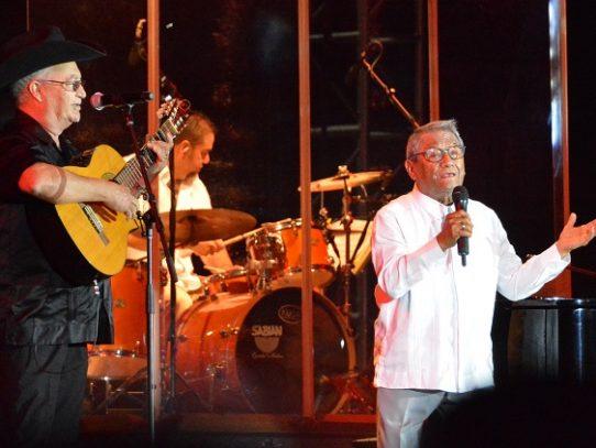 Intuban por covid-19 al compositor mexicano Armando Manzanero