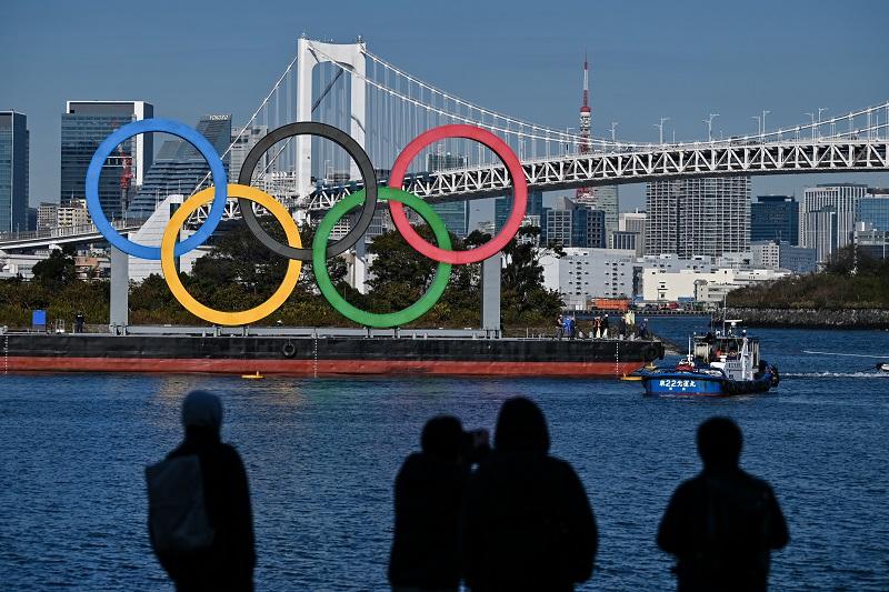 Los anillos olímpicos gigantes son reinstalados en Tokio