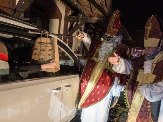 La tradición de San Nicolás triunfa en Praga pese al covid-19