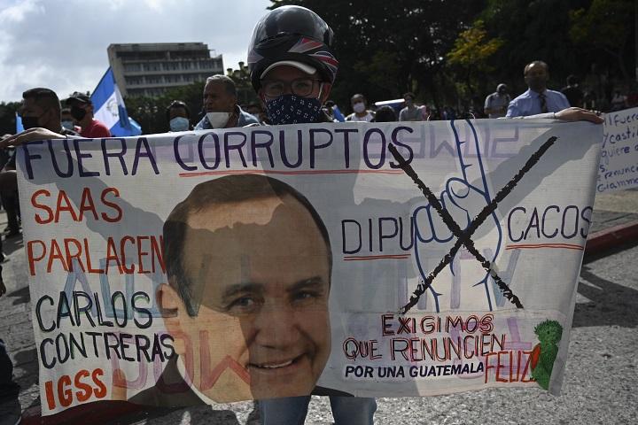 Cientos de guatemaltecos piden renuncia del presidente por tercer sábado consecutivo