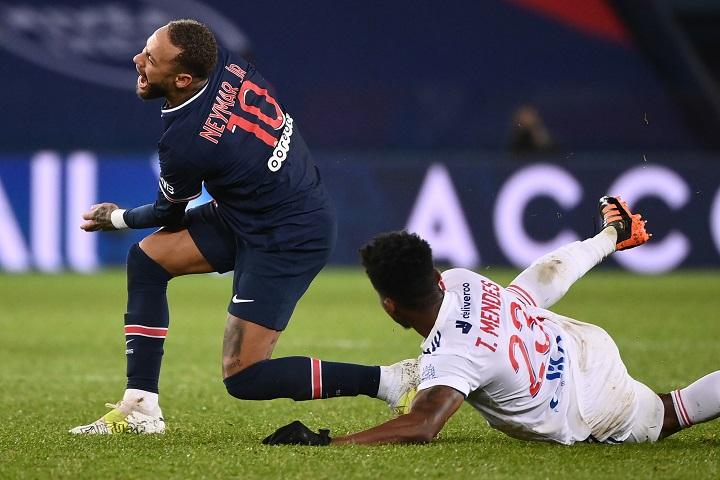 """Revisión médica """"tranquilizadora"""" para Neymar, tras golpe en el tobillo izquierdo"""