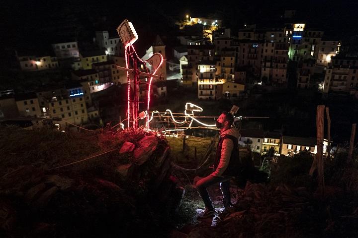 """El mágico pesebre iluminado de la costa italiana de """"Cinque Terre"""""""