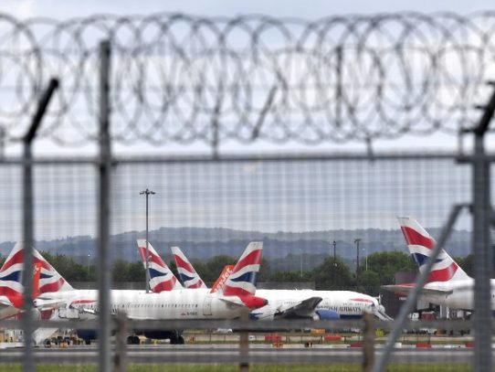 """Reino Unido cada vez más aislado por la nueva cepa """"fuera de control"""" de covid-19"""