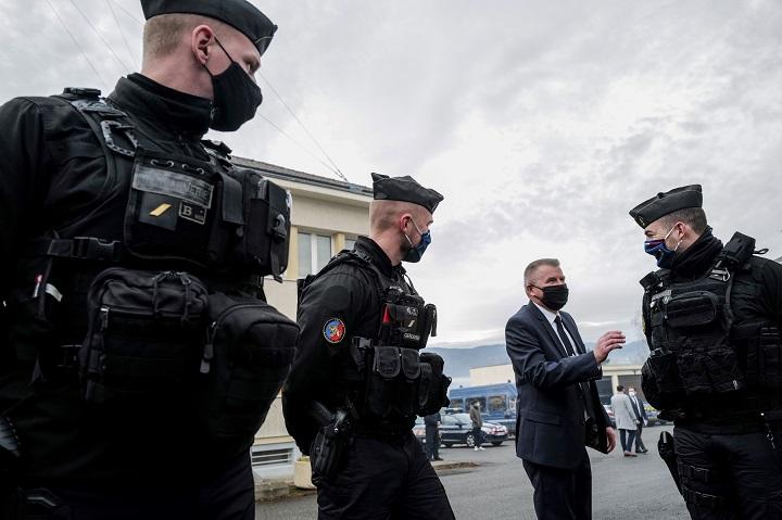 Hombre mata a tres gendarmes que socorrían a mujer víctima de violencia conyugal en Francia