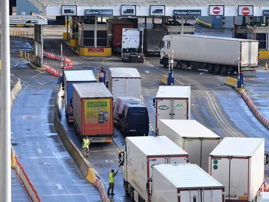 Frontera francobritánica abrirá en Navidad para eliminar atasco de camiones