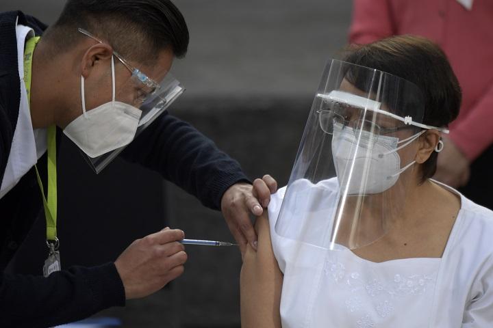 México inicia con una enfermera su plan de vacunación contra covid-19