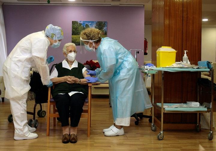 """Unión Europea inicia """"esperanzadora"""" campaña de vacunación contra el coronavirus"""