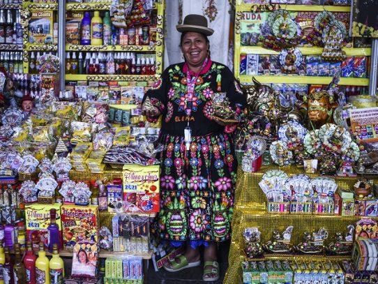Con baños de florecimiento y rituales andinos peruanos piden salud para 2021