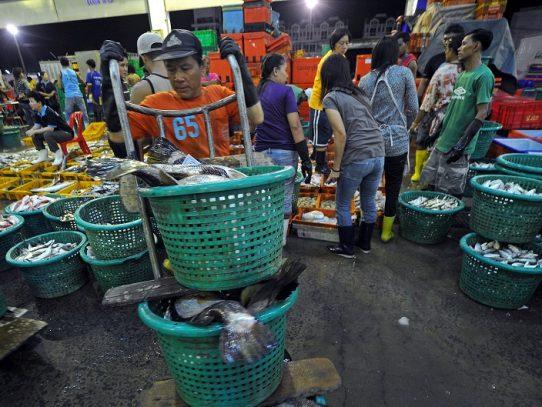 Más de un millar de contagios de covid-19 en un mercado de marisco de Tailandia