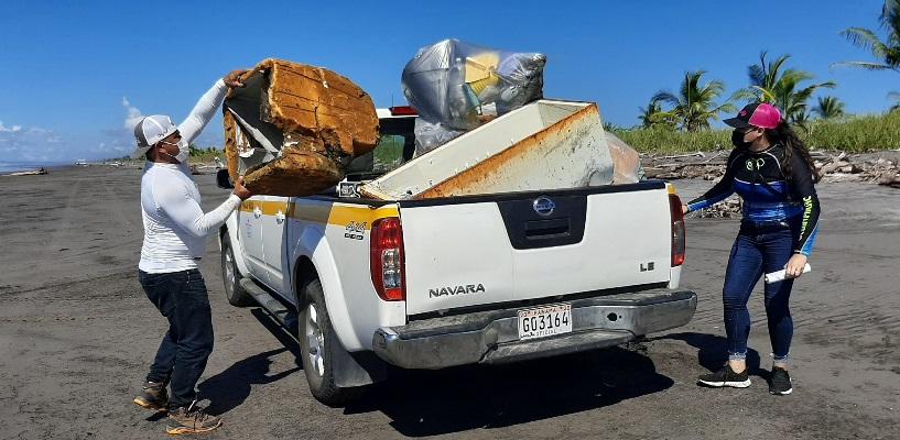 Retiran 2,276  libras de desechos del refugio de vida silvestre La Barqueta