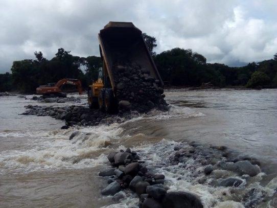 MOP atiende puntos críticos en caminos de producción en Bugaba