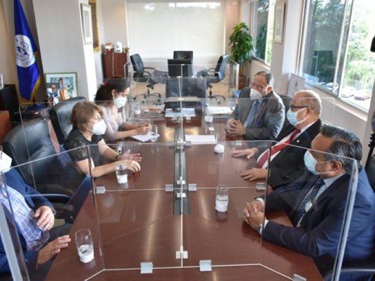 Director de la CSS se reúne con representantes de médicos cubanos