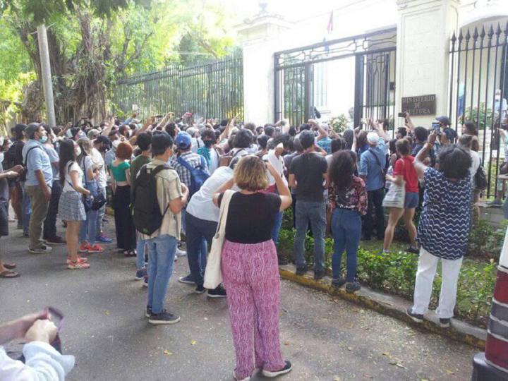 Gobierno cubano dialoga con artistas afines al margen de protesta
