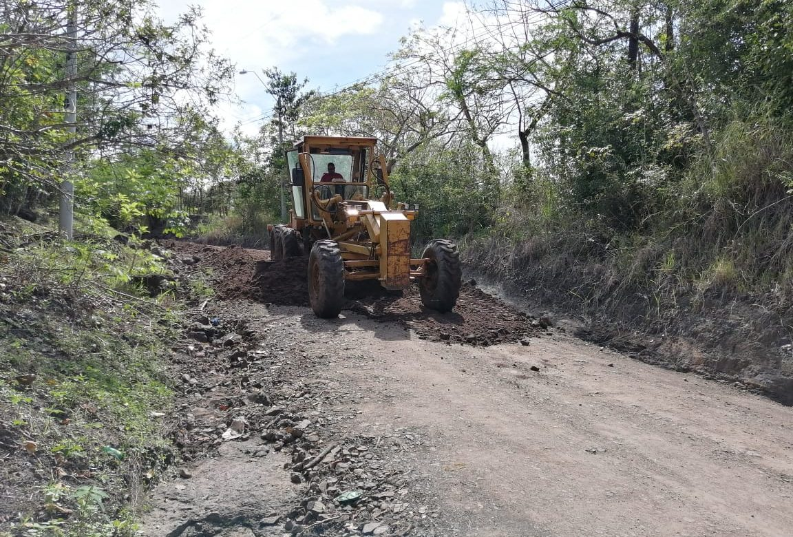 MOP avanza en mantenimiento de caminos en Herrera