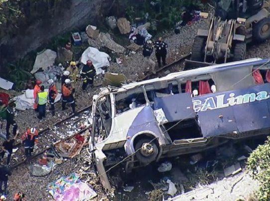 Al menos 16 muertos al caer un autobús a un barranco en el sureste de Brasil