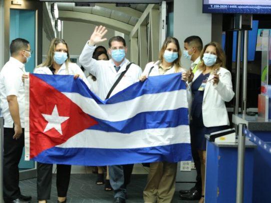 Llegan a Panamá 220 especialistas de Cuba para reforzar el sistema de salud