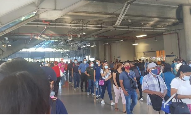 El metro restringe acceso de pasajeros por alto volumen de usuarios
