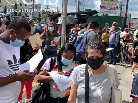 Aglomeraciones afuera de Migración, piden cooperación al público