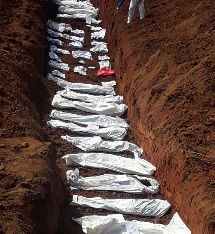 Medicina legal entierra cuerpos no reclamados