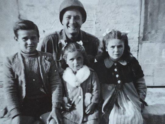 Soldado estadounidense se reúne con los niños que salvó en Italia en 1944