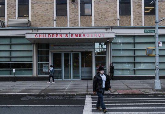 Los trabajadores de hospitales se vuelven unos contra otros para obtener la vacuna