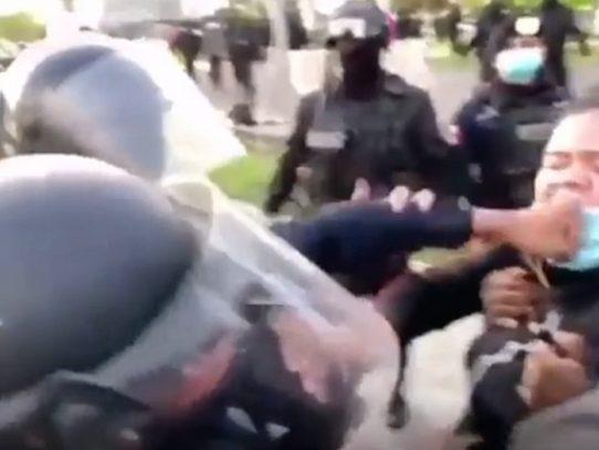 La Policía retira cargos contra estudiante víctima de golpiza