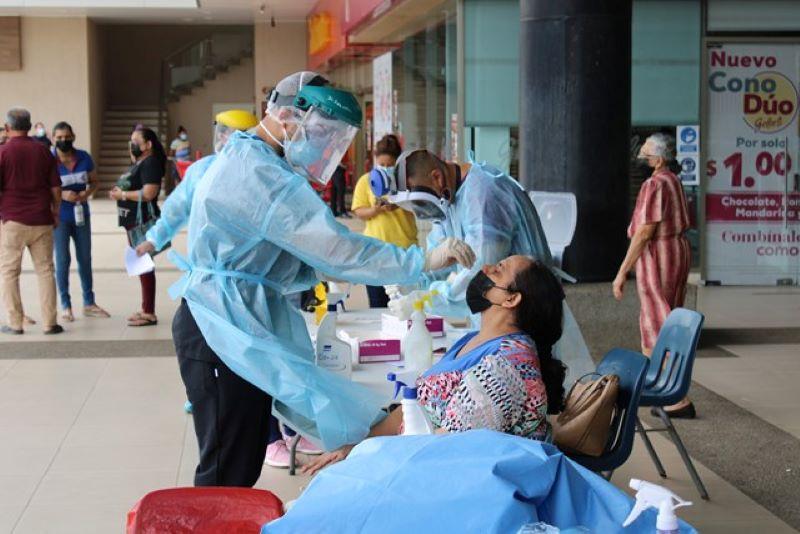 Realizan hisopados en centro comercial de Aguadulce
