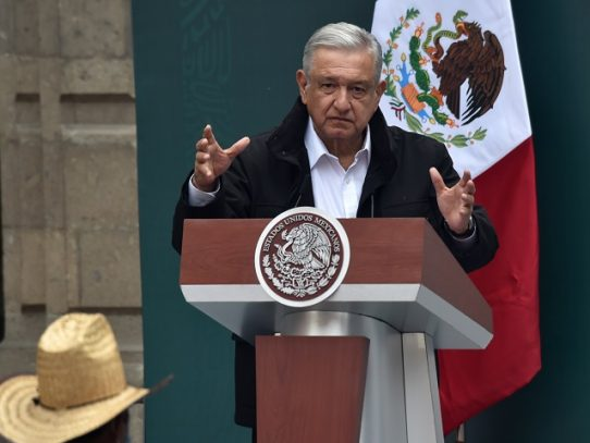 Presidente de México trabaja en su despacho tras dar positivo a covid-19