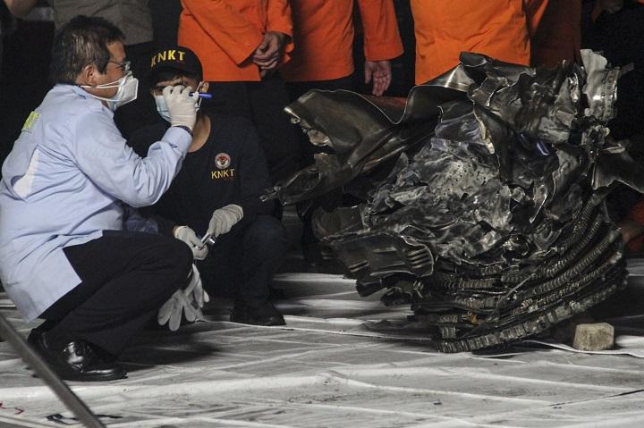 Recuperados restos humanos y partes del fuselaje del Boeing que se estrelló en Indonesia