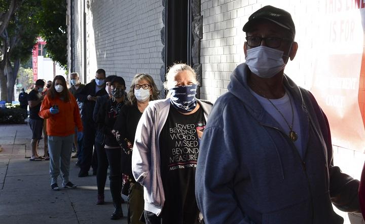 Muertes por covid-19 en EE.UU. y Reino Unido alcanzan récords a medida que comienzan las vacunaciones